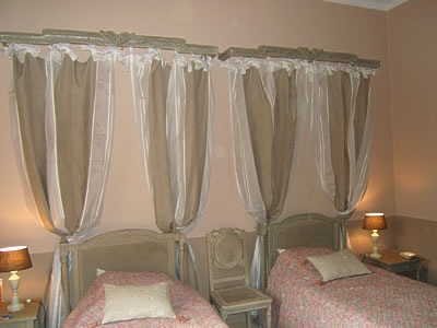 chambre aux lits aux tentures